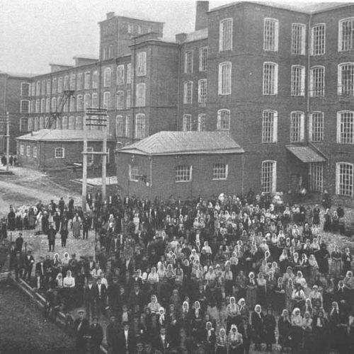 Смена рабочих в 10 утра на фабрике Рябушинских в городе Вышний Волочёк