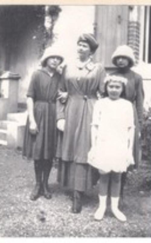 Вера Сергеевна Рябушинская с дочерьми. Кучино,1917 год